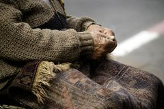 Sluit van personen overhandigt omhoog naaiend tapijt op de straat in de oude stad Jaffa Royalty-vrije Stock Foto's