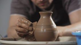 Sluit van Pottenbakker creeert omhoog product op het wiel van de pottenbakker stock video