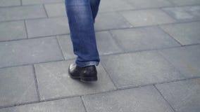 Sluit van schoenen van het mensen` s de zwarte leer omhoog hij die in de stad lopen voorraad Close-up van zakenman` s benen stock video