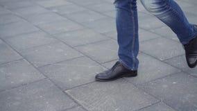 Sluit van schoenen van het mensen` s de zwarte leer omhoog hij die in de stad lopen voorraad Close-up van zakenman` s benen stock footage
