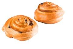Sluit van twee heerlijke broodjes met rozijnen op wit isoleren omhoog achtergrond Bakkerij, het bakken stock fotografie