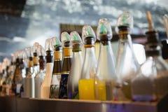 Sluit van verscheidene omhoog fles in een lijn Royalty-vrije Stock Foto's