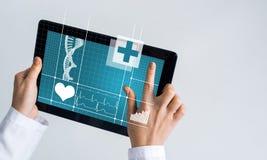 Sluit van vrouwelijke artsenhanden die met de computer van tabletpc werken Royalty-vrije Stock Fotografie