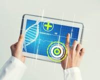 Sluit van vrouwelijke artsenhanden die met de computer van tabletpc werken Royalty-vrije Stock Foto's