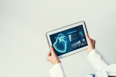 Sluit van vrouwelijke artsenhanden die met de computer van tabletpc werken Stock Foto's