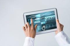 Sluit van vrouwelijke artsenhanden die met de computer van tabletpc werken Stock Afbeelding