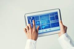 Sluit van vrouwelijke artsenhanden die met de computer van tabletpc werken Royalty-vrije Stock Foto