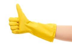 Sluit van wijfje indienen omhoog gele beschermende rubberhandschoen die de duimen omhoog ondertekenen tonen Royalty-vrije Stock Foto