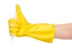 Sluit van wijfje indienen omhoog gele beschermende rubberhandschoen in schuim die de duimen omhoog ondertekenen tonen Royalty-vrije Stock Foto's
