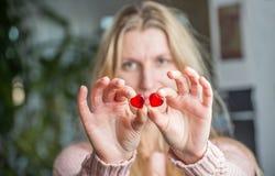 Sluit van woman's overhandigt omhoog het houden van rode harten Stock Foto's