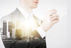 Sluit van zakenman het drinken weghalen omhoog koffie Royalty-vrije Stock Foto