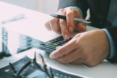 sluit van zakenmanhand uitwerking met financiën over kosten royalty-vrije illustratie