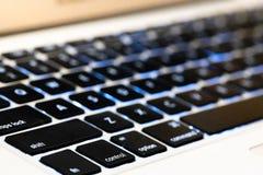 sluit vlakke toetsenbordlaptop voor vervoeren en uitputten Internet voor mededeling drukknop voor inputgegevens in toetsenbord ov stock afbeelding