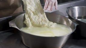 Sluit voor indient omhoog kokende handschoenen voorbereidend mozarellakaas, voedselconcept Kader Arbeider van kaasfabriek