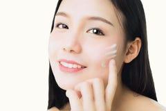 Sluit vrouw glimlacht huidschoonheid en gezondheid en toepassen omhoog witte room op gezicht, voor kuuroordproducten en omhoog ma Stock Fotografie