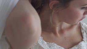 Sluit vrouwenhand gaat achter rug en neemt haar, dan opzet het aan de voor status op wit half gezicht als achtergrond stock video