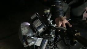Sluit werktuigkundige losmaakt omhoog brandstoftank van motorfiets alvorens reparing stock video