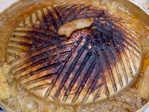 Sluit zich van gebrande girll gouden varkensvleespan van Thailand opbrandt Het is niet goed voor gezondheidsoorzaak van carcinoge stock foto