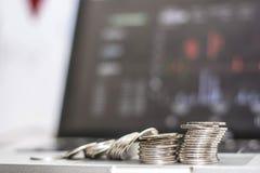 Sluit zijaanzicht van zilveren muntstuk met monitor toont handelverkeer, Bitcoin-het minning royalty-vrije stock afbeelding