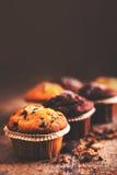 Sluiten de chocolade donkere muffins op houten lijst omhoog met exemplaarruimte Stock Foto
