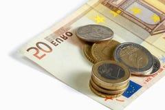 Sluiten de de geld euro muntstukken en rekeningen omhoog geïsoleerd Stock Foto's
