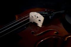 Sluiten de muzikale instrumenten van het vioolorkest omhoog op zwarte De achtergrond van de muziek met viool stock foto