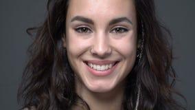 Sluiten die omhoog gezicht van een mooi meisje het glimlachen stock video