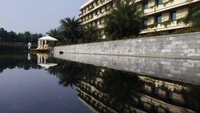 Sluiten-op schot van de pool van het hotelwater stock video