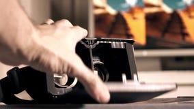 Sluitende dekking van virtuele werkelijkheidshoofdtelefoon Betaalbare VR-beschermende brillen voor moderne mobiele telefoon 4k sc stock videobeelden