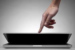 Sluitende laptop van de hand op wit stock afbeelding