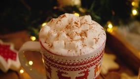 Sluiting van een mok met warme koffie met marshmallows stock videobeelden