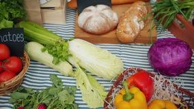 Sluiting van vers biologisch voedsel in manden op de markt van de landbouw, geen mensen stock video