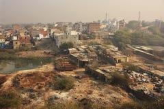 Slumkvarter av New Delhi som ses från det Tughlaqabad fortet Arkivfoto