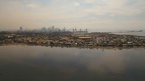 Slumkvarter för flyg- sikt av Manila, det fattiga området Filippinerna Manila stock video