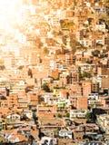 Slumkvarterhus som byggs i brant kulle av La Paz, Bolivia, Sydamerika arkivfoto