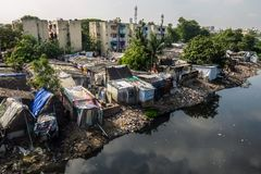 Slumområde i Chennai, Indien arkivfoto