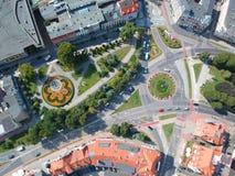 SLUPSK, POLONIA - 16 agosto 2018 - vista aerea sul centro urbano di Slupsk con la rotonda con la decorazione del fiore fotografie stock libere da diritti
