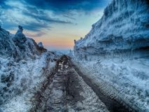 Slushy weg tussen de sneeuwmuren royalty-vrije stock afbeeldingen