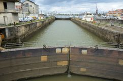 Sluss i skeppsdockan av Bordeaux Arkivfoton