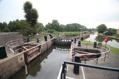 Sluss komplexa Gojanverwellesluis i floden Hollandsche IJssel på gouda var tidvattenfloden ska ändra i kanal i Nederländerna royaltyfri bild