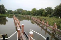 Sluss komplexa Gojanverwellesluis i floden Hollandsche IJssel på gouda var tidvattenfloden ska ändra i kanal i Nederländerna arkivbild