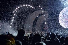 Slut av konserten, ljusen och konfettierna, Bucharest, Rumänien Royaltyfria Bilder