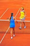 Slut av matchen - Sorana Cirstea och Ana Ivanovic Royaltyfri Foto