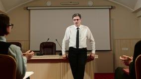 Slut av presskonferensen med journalister Högtalaren säger farväl till alla och tack för deltagande arkivfilmer