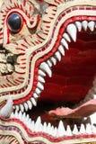 Slut för drakevaktstaty upp i den buddistiska templet Royaltyfri Fotografi