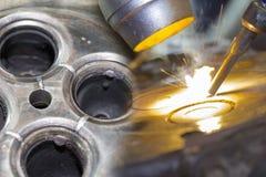 Slut för dubbel exponering upp reparation för cylinder för bilmotorhuvud eller att ändra vid welderen med svetsande metod för las arkivbild
