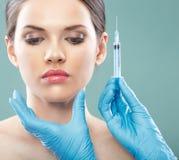 Slut för kirurgi för skönhetkvinnaframsida upp ståenden Arkivfoton