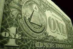 Slut för låg vinkel upp av den amerikanska dollaren, fokuserat på ögat av försyn, upptill av pyramiden arkivfoto