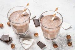 Slut för milkshake eller för smoothie för chokladkokosnöthasselnöt upp fotografering för bildbyråer
