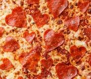 Slut för pizza för hjärtaformpeperoni upp royaltyfria foton